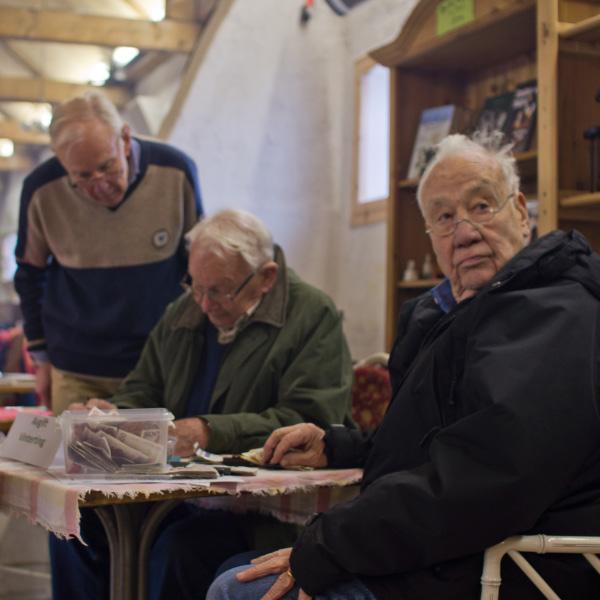"""Arne Gustafsson kollar av närvaroläget - Gösta Cederberg undrar """"Vem där?"""""""