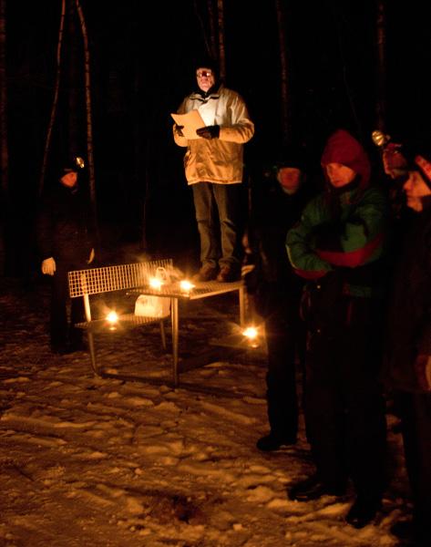 Talmannen hälsar Skogskarlar välkomna till platsen för bålet.