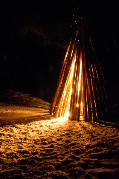 Skaffaren har tänt med glöd från bålet vid Ringsjöns strand.